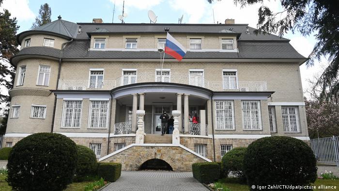 """Căng thẳng Nga - CH Séc: Praha trục xuất thêm nhà ngoại giao Moscow, Slovakia """"nhập cuộc"""" ủng hộ  - Ảnh 1"""