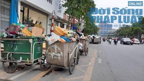 Hà Nội ùn ứ rác thải: Chất cao hơn nóc xe taxi, mùi hôi tanh khiến người sống gần khổ sở - Ảnh 3