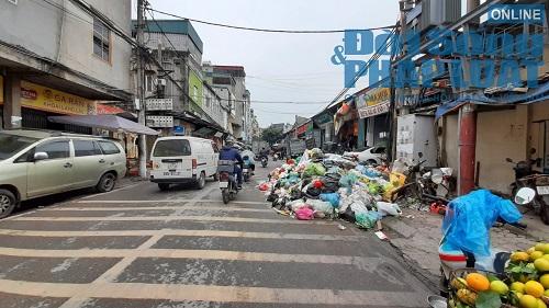 Hà Nội ùn ứ rác thải: Chất cao hơn nóc xe taxi, mùi hôi tanh khiến người sống gần khổ sở - Ảnh 4