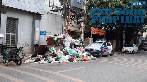 Hà Nội ùn ứ rác thải: Chất cao hơn nóc xe taxi, mùi hôi tanh khiến người sống gần khổ sở - Ảnh 6