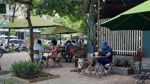 """Hàng quán ở Hà Nội ngày đầu thực hiện giãn cách: Người dân vẫn """"tụm bảy, tụm ba"""" ở quán trà đá vỉa hè - Ảnh 2"""