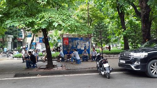"""Hàng quán ở Hà Nội ngày đầu thực hiện giãn cách: Người dân vẫn """"tụm bảy, tụm ba"""" ở quán trà đá vỉa hè - Ảnh 4"""