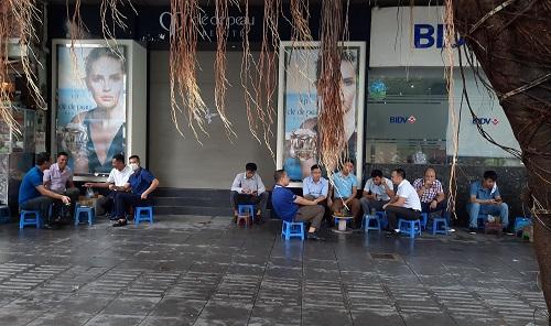 """Hàng quán ở Hà Nội ngày đầu thực hiện giãn cách: Người dân vẫn """"tụm bảy, tụm ba"""" ở quán trà đá vỉa hè - Ảnh 5"""