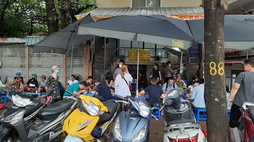 """Hàng quán ở Hà Nội ngày đầu thực hiện giãn cách: Người dân vẫn """"tụm bảy, tụm ba"""" ở quán trà đá vỉa hè - Ảnh 6"""
