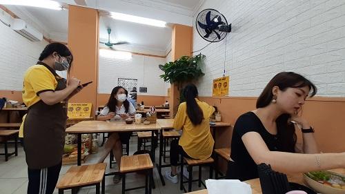 """Hàng quán ở Hà Nội ngày đầu thực hiện giãn cách: Người dân vẫn """"tụm bảy, tụm ba"""" ở quán trà đá vỉa hè - Ảnh 7"""