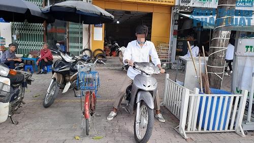 Học sinh Hà Nội bất chấp luật lệ, rong ruổi trên xe máy khắp mọi nẻo đường - Ảnh 10