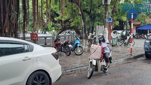 Học sinh Hà Nội bất chấp luật lệ, rong ruổi trên xe máy khắp mọi nẻo đường - Ảnh 2