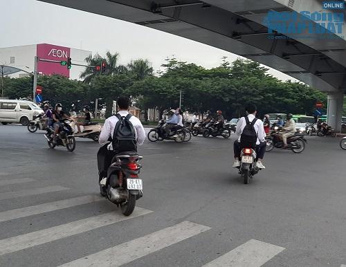 Học sinh Hà Nội bất chấp luật lệ, rong ruổi trên xe máy khắp mọi nẻo đường - Ảnh 6