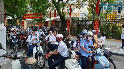 Học sinh Hà Nội bất chấp luật lệ, rong ruổi trên xe máy khắp mọi nẻo đường - Ảnh 7