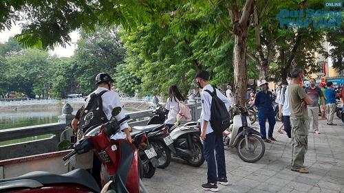 Học sinh Hà Nội bất chấp luật lệ, rong ruổi trên xe máy khắp mọi nẻo đường - Ảnh 8