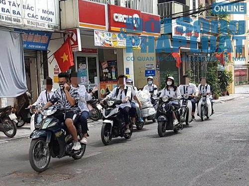 Học sinh Hà Nội bất chấp luật lệ, rong ruổi trên xe máy khắp mọi nẻo đường - Ảnh 9