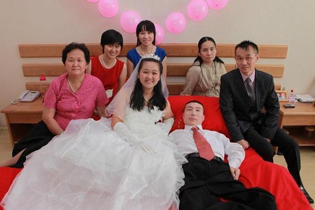 Sự thật phía sau câu chuyện chú rể chỉ nằm im khi chụp ảnh cưới khiến ai cũng bất ngờ - Ảnh 2