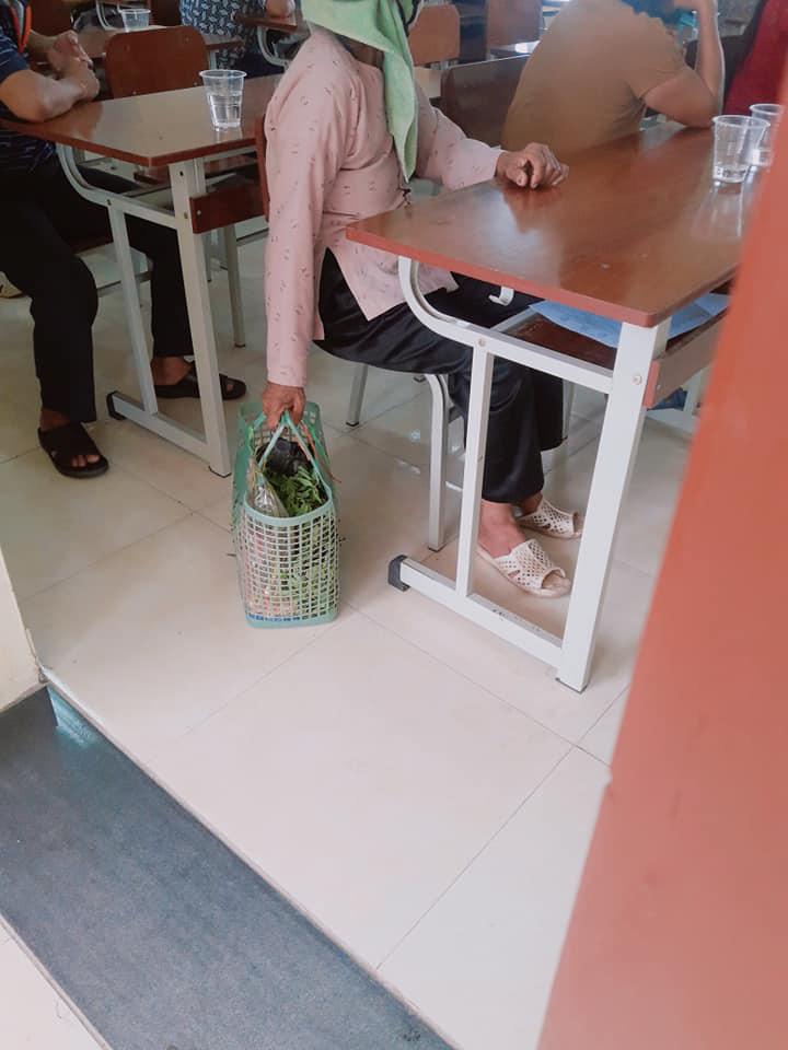 Đang đi chợ thì nhớ ra phải họp phụ huynh cho cháu, bà mang luôn thứ này vào lớp - Ảnh 2