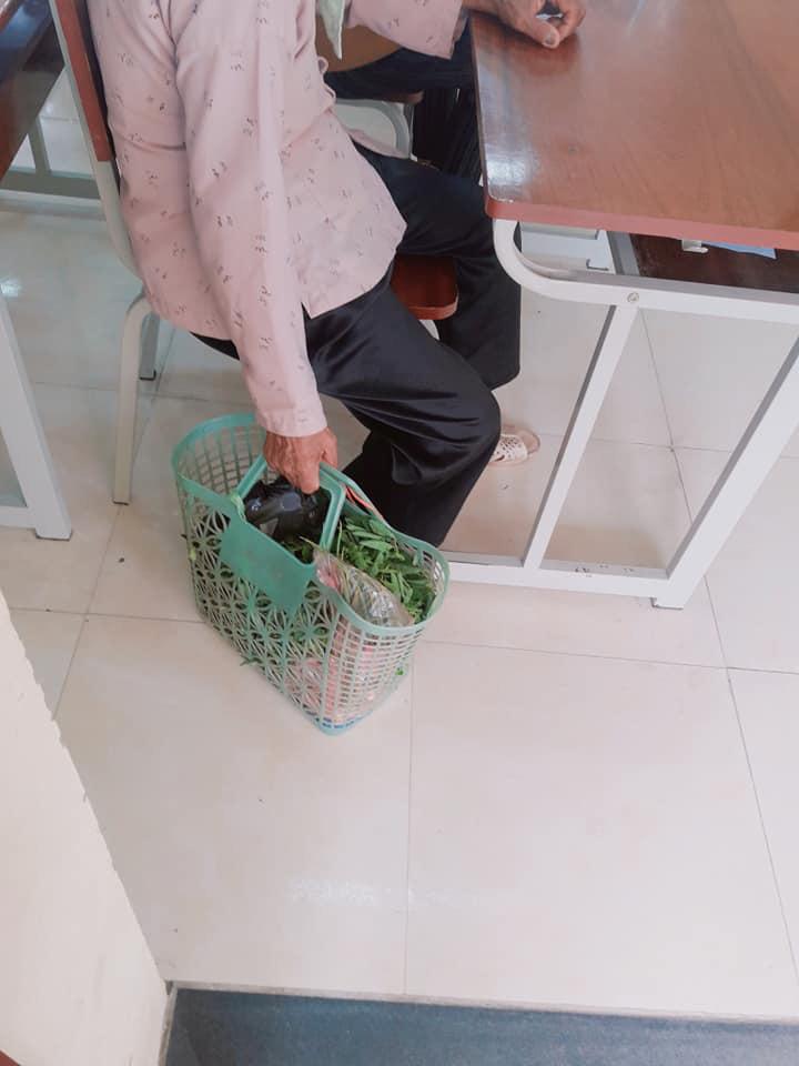 Đang đi chợ thì nhớ ra phải họp phụ huynh cho cháu, bà mang luôn thứ này vào lớp - Ảnh 1
