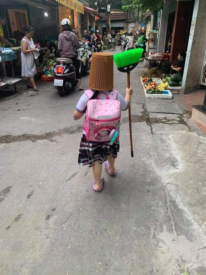 Cô học trò tay cầm chổi, đầu úp chiếc rổ to tướng đi học: Biết nguyên nhân ai cũng cười lăn lộn - Ảnh 1