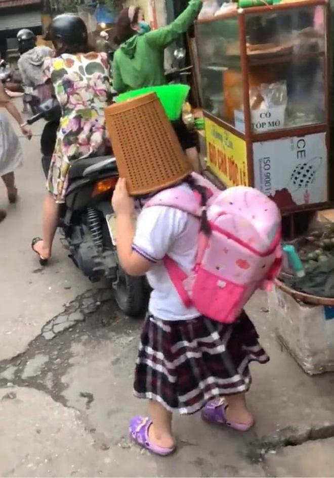 Cô học trò tay cầm chổi, đầu úp chiếc rổ to tướng đi học: Biết nguyên nhân ai cũng cười lăn lộn - Ảnh 2
