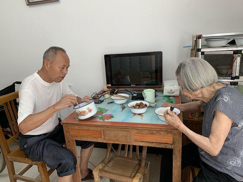 """Cụ ông chưa từng có """"mảnh tình vắt vai"""" kết hôn với cụ bà 96 tuổi khi gặp nhau trong viện dưỡng lão, bất chấp cách biệt 23 tuổi  - Ảnh 3"""