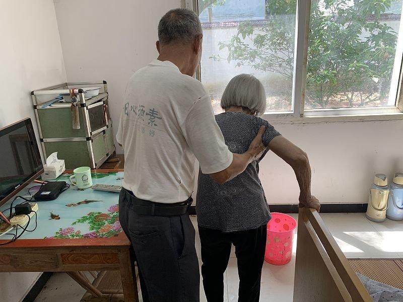 """Cụ ông chưa từng có """"mảnh tình vắt vai"""" kết hôn với cụ bà 96 tuổi khi gặp nhau trong viện dưỡng lão, bất chấp cách biệt 23 tuổi  - Ảnh 6"""