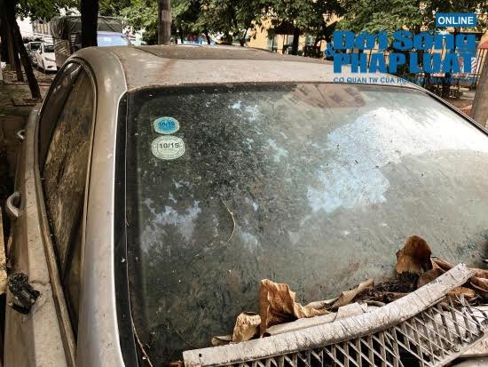 """Hà Nội: Xót xa nhìn Bentley, BMW tiền tỷ bị chủ nhân """"bỏ quên"""", chịu cảnh dầm mưa, dãi nắng - Ảnh 5"""