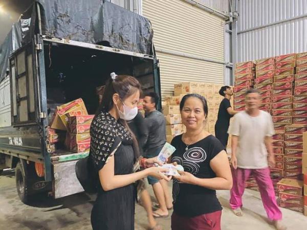 Cư dân mạng buông lời khiếm nhã về trang phục của Thủy Tiên khi đi từ thiện ở vùng lũ - Ảnh 5
