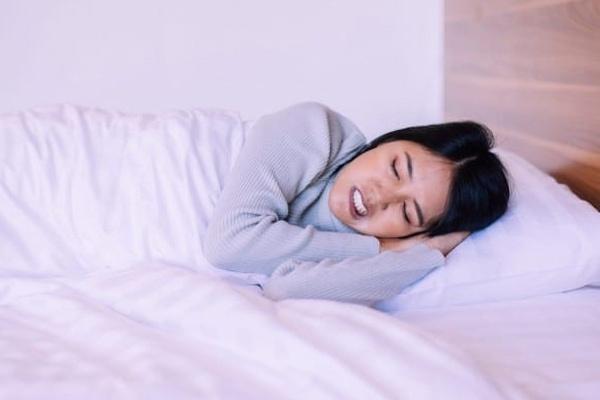 Những biện pháp đơn giản mà hiệu quả để hạn chế nghiến răng kèn kẹt khi ngủ - Ảnh 1