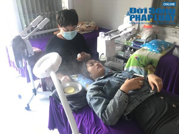 Cuộc sống khó nhọc của cặp đũa lệch chênh nhau 17 tuổi ở Hà Nội - Ảnh 7