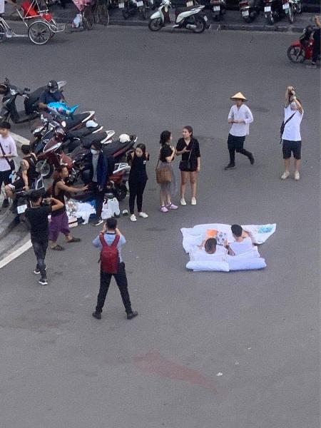 """Chụp ảnh cưới phong cách """"chăn gối"""" giữa phố: Liệu có phù hợp với văn hóa người Việt? - Ảnh 1"""