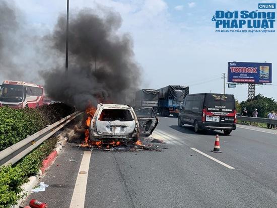 Ô tô 7 chỗ cháy ngùn ngụt trên cao tốc Pháp Vân - Cầu Giẽ - Ảnh 1