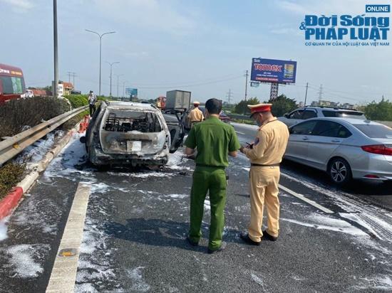 Ô tô 7 chỗ cháy ngùn ngụt trên cao tốc Pháp Vân - Cầu Giẽ - Ảnh 2