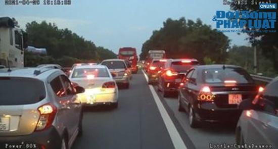 Liên tiếp xảy ra tai nạn giao thông trong ngày đầu nghỉ lễ 30/4 - 1/5 - Ảnh 2