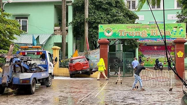 Hà Nội: Xe ôtô mất lái, húc đổ hàng rào trường mầm non  - Ảnh 1