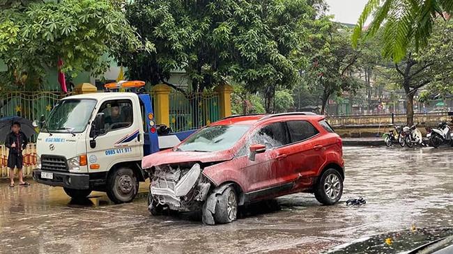 Hà Nội: Xe ôtô mất lái, húc đổ hàng rào trường mầm non  - Ảnh 2