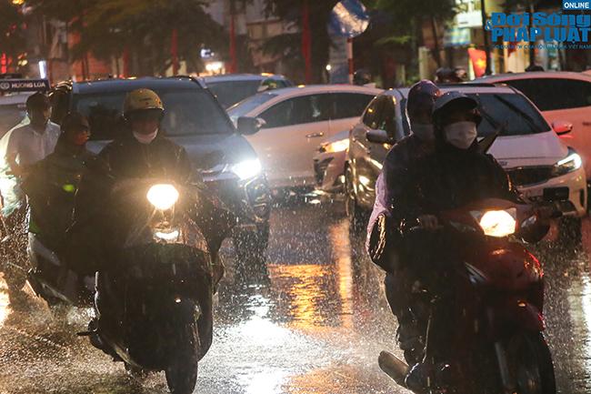 """Người dân Hà Nội chôn chân, nếm """"đặc sản"""" tắc đường trong ngày mưa rả rích - Ảnh 1"""