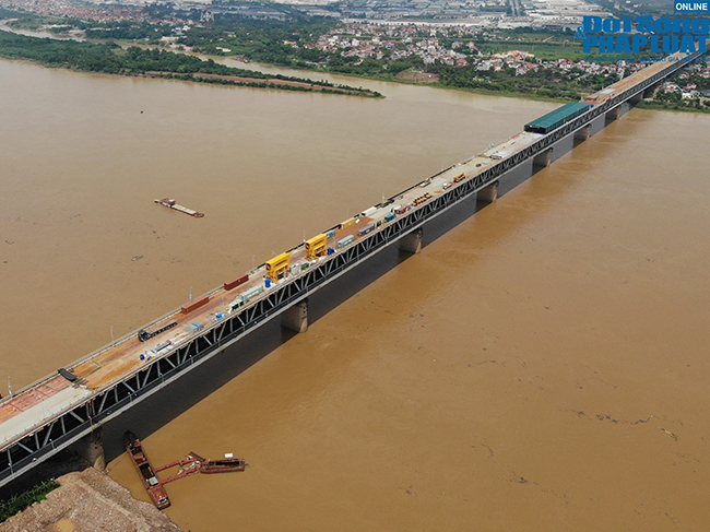"""Những hình ảnh mới nhất của """"đại công trường"""" sửa chữa mặt cầu Thăng Long - Ảnh 1"""