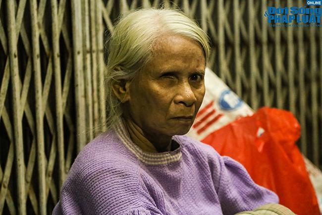 """Tiếng thở dài của cụ bà 76 tuổi vô gia cư giữa đêm đông Hà Nội: """"Cuộc đời tôi 3 không!..."""" - Ảnh 3"""