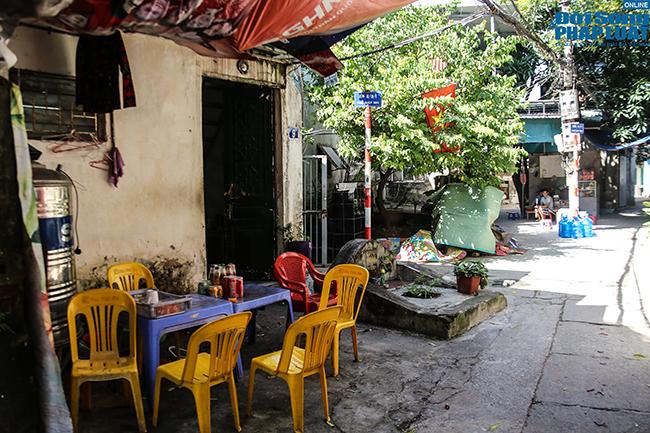 """Phố """"nghĩa địa"""" ở Hà Nội: Vô tư trà đá, bia hơi bên """"hàng xóm"""" đặc biệt  - Ảnh 2"""