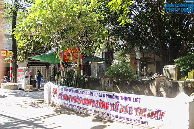 """Phố """"nghĩa địa"""" ở Hà Nội: Vô tư trà đá, bia hơi bên """"hàng xóm"""" đặc biệt  - Ảnh 1"""