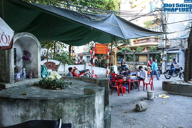 """Phố """"nghĩa địa"""" ở Hà Nội: Vô tư trà đá, bia hơi bên """"hàng xóm"""" đặc biệt  - Ảnh 3"""