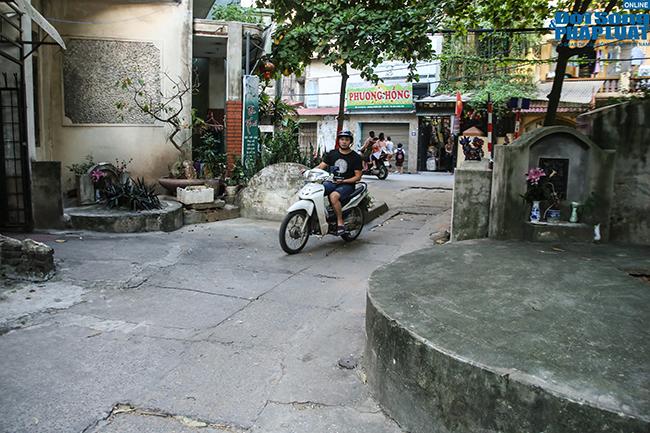 """Phố """"nghĩa địa"""" ở Hà Nội: Vô tư trà đá, bia hơi bên """"hàng xóm"""" đặc biệt  - Ảnh 8"""