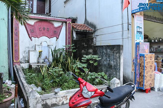 """Phố """"nghĩa địa"""" ở Hà Nội: Vô tư trà đá, bia hơi bên """"hàng xóm"""" đặc biệt  - Ảnh 4"""