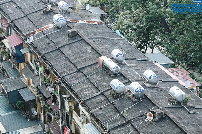 """Mối nguy từ những quả """"bom nước"""" trên nóc các khu tập thể cũ tại Hà Nội  - Ảnh 5"""