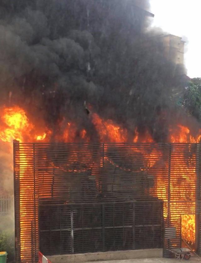 Hà Nội: Hiện trường vụ cháy hệ thống điều hòa, hàng trăm cư dân hoảng loạn bỏ chạy - Ảnh 1