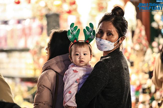 """""""Nam thanh, nữ tú"""" Hà Nội đổ xô đi chơi Giáng sinh sớm - Ảnh 5"""