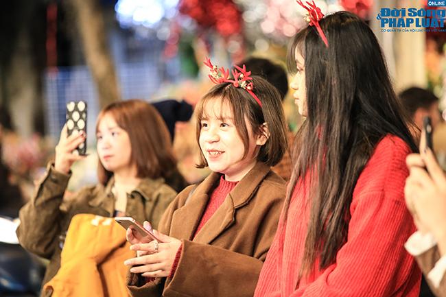 """""""Nam thanh, nữ tú"""" Hà Nội đổ xô đi chơi Giáng sinh sớm - Ảnh 9"""