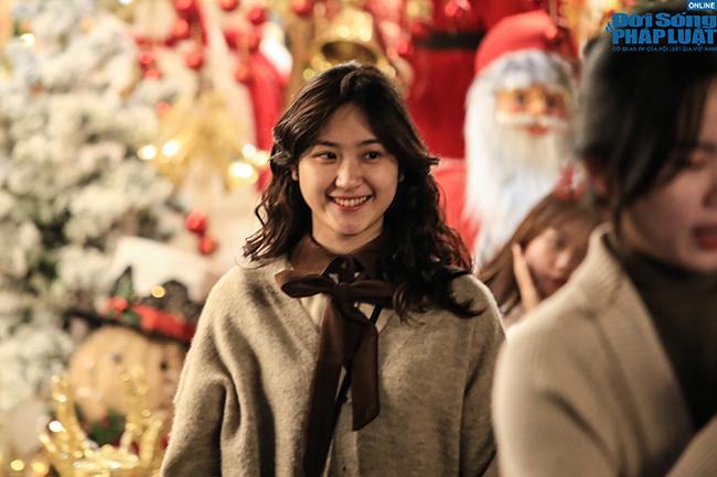"""""""Nam thanh, nữ tú"""" Hà Nội đổ xô đi chơi Giáng sinh sớm - Ảnh 3"""