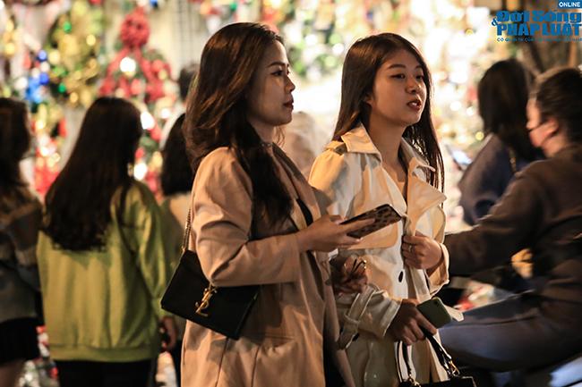 """""""Nam thanh, nữ tú"""" Hà Nội đổ xô đi chơi Giáng sinh sớm - Ảnh 8"""