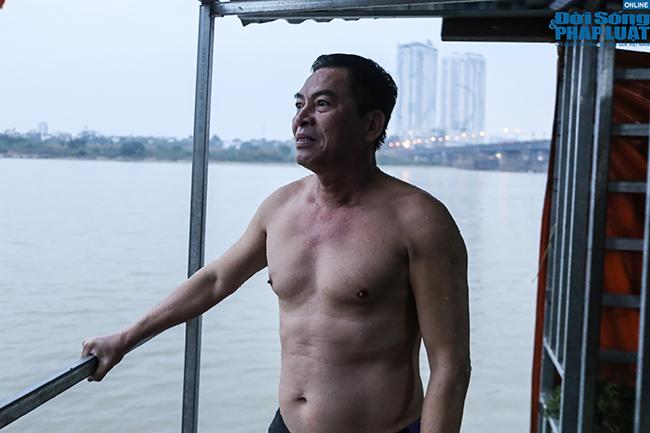 """Cụ ông 60 tuổi """"thi gan"""" chịu lạnh, bơi trên sông Hồng lúc sáng sớm giữa cái rét tê tái - Ảnh 10"""