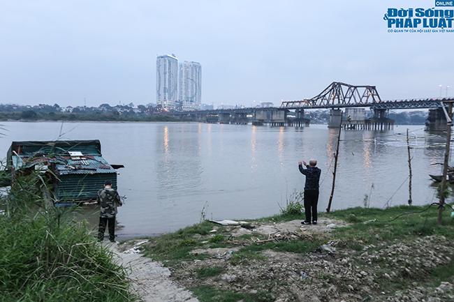 """Cụ ông 60 tuổi """"thi gan"""" chịu lạnh, bơi trên sông Hồng lúc sáng sớm giữa cái rét tê tái - Ảnh 1"""