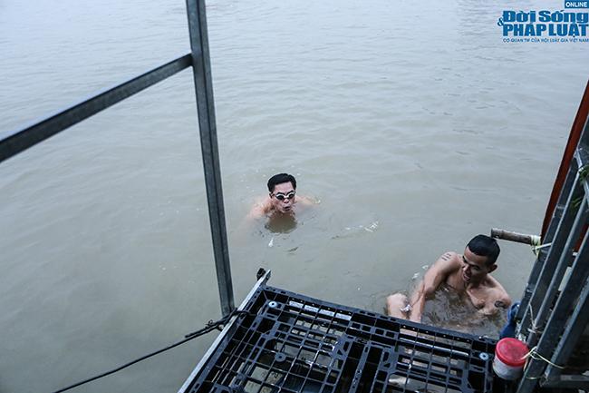 """Cụ ông 60 tuổi """"thi gan"""" chịu lạnh, bơi trên sông Hồng lúc sáng sớm giữa cái rét tê tái - Ảnh 9"""
