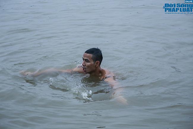 """Cụ ông 60 tuổi """"thi gan"""" chịu lạnh, bơi trên sông Hồng lúc sáng sớm giữa cái rét tê tái - Ảnh 3"""